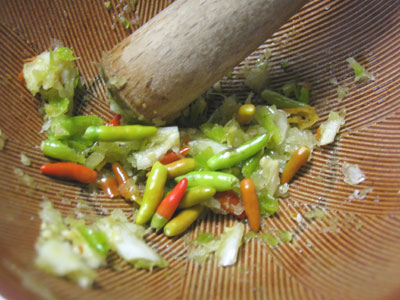 唐辛子とにんにくを潰して、タレ作り