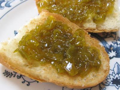 青トマトのジャムを、パンにのっけて